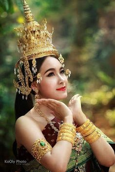 P:rong Jurai - Google+ Thai Traditional Dress, Traditional Outfits, Thailand Costume, Cambodian Art, Hindu Culture, Classic Outfits, Classic Clothes, Thai Dress, Khmer Wedding