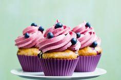 """Diese veganen Heidelbeer Cupcakes mit Frosting sind eine farbenfrohe Kreation. Mit dem Backbuch """"Einfach vegan backen"""" widmen sich Eckmeier und Lais der süßen Küche."""