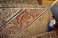 Polychrome, high-relief frieze, Huaca Cao, El Brujo, Trujillo. Photo: Mylene d'Auriol Stoessel.