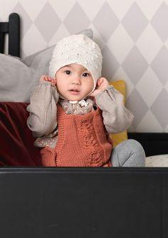 1702 Smårollinger. Strikket Knappelue Crochet Hats, Knitting, Mini, Fashion, Patron Robe, Threading, Knitting Hats, Moda, Tricot