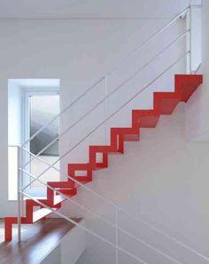 l'escalier rouge contraste avec la blancheur - par Studio-gaon