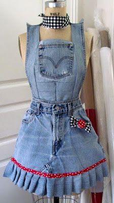 Podemos reutilizar los jeans en muchas formas, pero a muchas de nosotras jamás se nos habría ocurrido hacer mandiles con los jeans viejos. ...