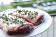 Rids andebryst, smør med lidt olie - og krydr med salt, peber, timian og rosmarin. Foto: Guffeliguf.dk.