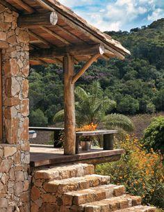 Cabana em Tiradentes feita de pedra e madeira da região | CASA.COM.BR