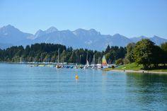 Ein #Gewässer, das man bei einem Urlaub in Hopfen am See unbedingt kennenlernen muss, ist der #Forggensee. Er ist nicht nur der größte See des #Allgäus, sondern zweifelsohne auch einer der schönsten. Insbesondere in den warmen Sommermonaten ist der Forggensee ein tolles Ausflugsziel, das zahlreiche Sport- und Freizeitaktivitäten ermöglicht.  http://www.landhaus-koessel.de/de/blog/der-forggensee-in-fuessen.html