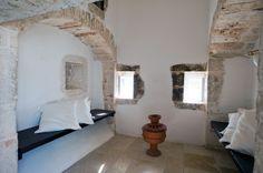 La suite è caratterizzata dalla presenza del focolare, un grande camino che consentiva a tutta la famiglia  di accomodarsi al suo interno e di trascorrere le lunghe serate d'inverno al caldo
