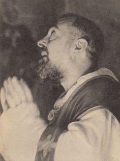 """Por que a tentação passada deixa na alma uma certa perturbação? perguntou um penitente a Padre Pio. Ele respondeu: """"Você já presenciou um tremor de terra? Quando tudo estremece a sua volta, você também é sacudido; no entanto, não necessariamente fica enterrado nos destroços!"""" (Padre Pio)"""