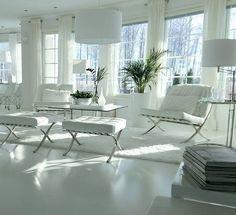 Isot viherkasvit tuovat lämmintä tunnelmaa moderneimpaankin valkoiseen sisustukseen. Barcelona tuolit kruunaavat ylellisen valkoisen ilmeen.