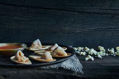 Aile de raie blanche, maïs soufflé, aigre-douce d'argousier #Traiteur #Caterer #Bouchée