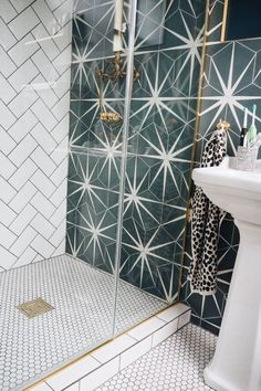 If you have a small bathroom in your home, don't be confuse to change to make it look larger. Not only small bathroom, but also the largest bathrooms have their problems and design flaws. Home Design, Interior Design, Design Ideas, Simple Interior, Design Trends, Bad Inspiration, Bathroom Inspiration, Spiritual Inspiration, Writing Inspiration