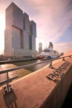 Het schip de Aida Mar in Rotterdam