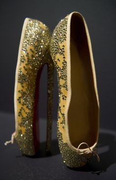 Christian Louboutin.   -    en pointe:  non.  If you look closely you'll notice the 10 inch HEELS!
