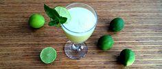 Limão ajuda a perder peso e fortalecer o sistema imunológico. Graças ao ácido cítrico, na dose certa ajuda a desintoxicar, queima gordura e melhora a saúde.