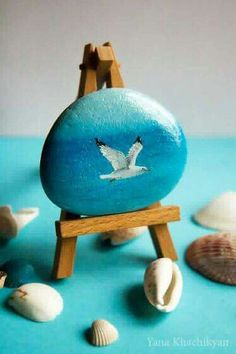 Looking Ideas For Making Art Rock For Your Home Decor? If you want to spend quality time with your child. Here are some stone art ideas that can inspire you. We hope this article can be inspire, enjoy. Pebble Painting, Pebble Art, Stone Painting, Rock Painting Patterns, Rock Painting Designs, Stone Crafts, Rock Crafts, Painted Shells, Rock And Pebbles