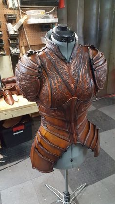 Look at the incredible craftsmanship in this piece. I bet their fingers are sor… Look at the incredible craftsmanship in this piece. I bet their fingers are sore! Larp, Costume Armour, Armor Clothing, Armadura Medieval, Female Armor, Leather Armor, Leather Mask, Medieval Armor, Fantasy Armor