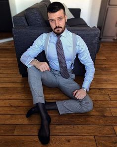 Hot Suit, Suit And Tie, Good Looking Men, Braces, Mens Suits, How To Look Better, Socks, Grey, How To Wear