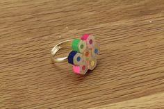 DIY – Making an original ring with recycled colored pencil pieces / Make a ring from upcycled colored pencils pieces rnrnSource by evelynfriend Fun Crafts For Kids, Crafts To Do, Diy For Kids, Felt Crafts, Diy Jewelry Recycled, Recycled Crafts, Diy Couture Cadeau, Armor Ring, Craft Stalls