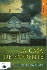 La casa de enfrente El pequeño pueblo costero de Roquesas de Mar se ve conmocionado por la  desaparición de una de sus vecinas: la joven Sandra López, de dieciséis años de edad. Cuando hallan el cadáver de la muchacha, horriblemente mutilado, todos sospechan de Álvaro Alsina como el autor del crimen. http://www.imosver.com/es/libro/la-casa-de-enfrente_9970015301