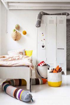 Quarto de criança decorado com a cor branca e alguns pontos de cor | Eu Decoro