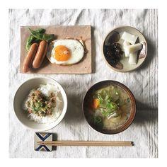 piii1203:結局こういう定番の朝ごはんがすき💭 京都で買ったお漬け物と🌿 #朝ごはん #Piごはん🍴 2017/11/14 10:47:45