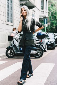 Want the slip-ons! Casual Street Style, Street Chic, Street Fashion, Milan Fashion, Sarah Harris, Ageless Beauty, Going Gray, Love Her Style, Fashion Editor