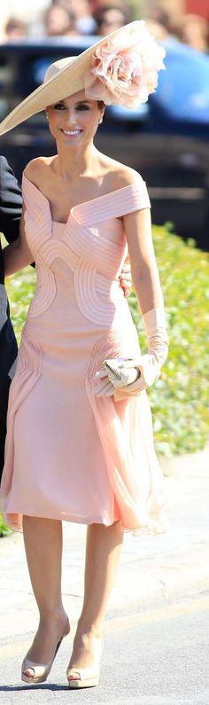Si el protocolo lo permite y es una boda de día, puedes optar por una pamela xl como esta que lleva Paloma Cuevas y que combina con un vestido en rosa pastel