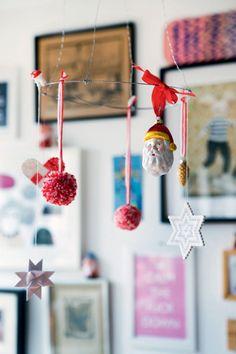 Den simple juleuro har Kristina formet af tyk ståltråd og derpå hængt perleplader, pomponer og anden julepynt på med tråd og garn.