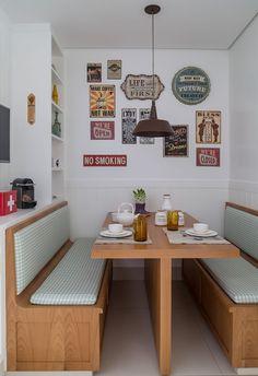Decoração de apartamento com cores neutras, na sala de jantar mesa de madeira e bancos estofados. Estilo Interior, Sweet Home, Dinner Room, Banquettes, Dining Nook, Interior Decorating, Interior Design, Bedroom Layouts, Home Kitchens