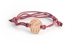 The Bracelet Cupcake Kemono it's a part of a wood series edition. The heart of the bracelet is a solid wood and eco piece, held out from a durable nautical rope. It's designed for every occasion, has the possibilities to be customised with 19 different type of colours! The bracelet it's build with a sliding knots to be comfortable and can fit on every wrist, both male and female. You will find it into an elegant glass ampoule with a cork stopper. If you think that will be the perfect gift…