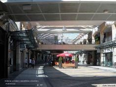 Forum Aveiro. Situado no centro de Aveiro,Portugal. é um grande centro comercial com uma concepção diferenciada de arquitetura. Construção que privilegia a ocupação horizontal do terreno.Além das lojas há jardins, áreas verdes e de lazer. Muito bonito. Foto : Cida Werneck