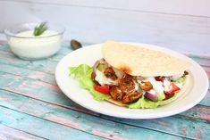 Pita met kip gyros en tzatziki - Francesca Kookt Tortilla Burrito, Hamburgers, Naan, Steaks, Burritos, Enchiladas, Salmon Burgers, Lunch, Chicken