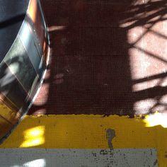 RIFLESSI Dettaglio del nostro espositore focale point rivestito con rame di grondaia invecchiato, linea gialla scrostata del pavimento del nostro show-room e ombra della panca structura: la luce è magica!