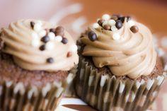 Rezept für Low Carb Schoko-Cupcakes mit Schokoladen-Frosting. Sie sind ohne Zucker und Getreidemehl  gebacken, kalorienreduziert und gut verträglich. Kohlenhydratarm genießen ...