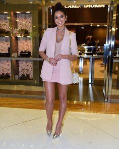 Bruna Marquezine esteve super fofa e elegante nesse look, do penteado ao scarpin metalizado