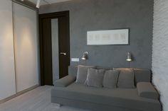 небольшой серый диван в интерьере