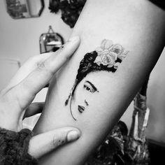 Weißes Kaninchen in . pics pics art pics awesome pics beautiful pics design pics for men pics ideas pics ink pics photography pics tatoo Hot Tattoos, Body Art Tattoos, Small Tattoos, Sleeve Tattoos, Tatoos, Frida Tattoo, Frida Kahlo Tattoos, Fridah Kahlo, Tattoo Designs
