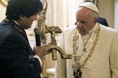 """El papa Francisco al recibir el polémico regalo de Evo Morales: """"Eso no está bien"""" - lanacion.com"""