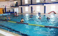 Uma vez por semana, na piscina municipal de Martim Longo, um grupo de pessoas com problemas de foro músculo-esquelético e de foro neurológico tem sessões de hidroterapia com um fisioterapeuta.