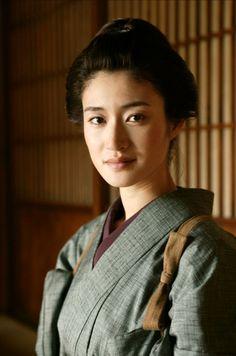 """Actrice Koyuki Kato vertolkt de rol van Etsuko en speelde een hoofdrol in de film """"The Last Samurai"""" """"Doe maar zielig. Of loop naar de priester, zoals e rest. We willen jullie in elk geval nooit meer zien. Saya ook niet. En Yasuo hoeft niet meer te komen. Vertel het hem maar."""""""