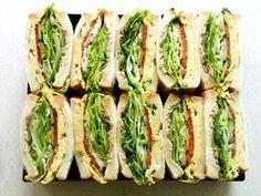 オムレツとツナマヨと野菜のサンドウィッチ