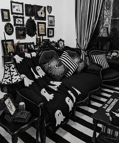 gothic home decor Gothic Living Rooms, Gothic Room, Gothic House, Goth Home Decor, Gypsy Decor, Gothic Furniture, Aesthetic Rooms, New Room, House Rooms