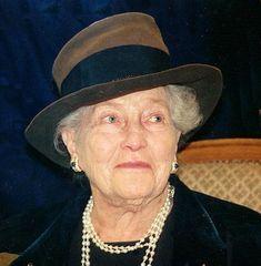La hija mayor de don Pedro de Alcântara de Orléans-Braganza, Príncipe de Grão-Pará, heredero del imperio desaparecido de Brasil (1875-1940) de la princesa Isabel de Orleans-Braganza, condesa de París, duquesa de Orleans, de Valois, de Chartres, de Guisa, de Enghien, de Vendôme, de Penthièvre, de Aumale, de Nemours y de Montpensier, Dauphiné de Auvernia, princesa de Joinville y la princesa de Condé