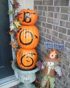 We compiled 10 easy Halloween decorating ideas for your porch or yard that are quick, inexpensive, and fun to do. From using old leggings to making grave markers from scrap wood, our ideas will make your Halloween more fun! Halloween Veranda, Halloween Porch, Outdoor Halloween, Holidays Halloween, Halloween Pumpkins, Halloween Crafts, Holiday Crafts, Holiday Fun, Happy Halloween