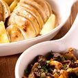 Braad de gezouten en gepeperde kippenlapjes aan weerszijden 5 minuten bruin in warme boter. Houd ze warm. Blus de jus met de gevogeltefond. Verdeel de partjes appel in de braadpan en bak ze 3 minuten aan elke zijde: het vlees moet vast blijven. Haal ze uit de pan.     Kuis de champignons. Pel en hak de sjalot fijn. Pel en pers het teentje knoflook.      Fruit afzonderlijk de boschampignons 2 minuten op hoog vuur in hete olie. Kruid met zout en peper, voeg de geperste knoflook, de fijngehakte…