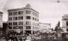 EdificioElSigloXIXyParquedelaLibertad, en Mérida, Yucatán (c. 1935).