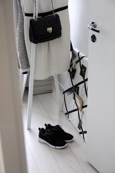 Homevialaura | Sneaker fashion | Hay Loop Stand | Gauhar notice board | DKNY bag