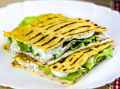 Iata o reteta de quesadilla, adaptata desigur, in quesadilla Dukan. Nu mai are nevoie de vreo descriere, poza produsului este cea mai relevanta. Quesadilla, Dukan Diet, I Foods, Sandwiches, Picnic, Recipes, Tortillas, Wraps, Salads