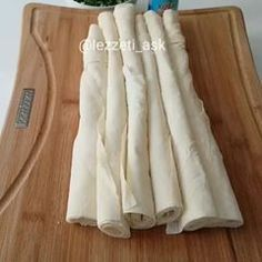 Beğenenler yoruma  yeşil kalp bıraksın. Tarif sahibi @lezzeti_ask Sufle Börek Tarifi 3 yufka Sos için: Yarım bardak sıvıyag Yarım bardak yogurt 1 yumurta Hepsini homojen bir görünüm olana kadar karıştıralım.. İçi için: Lor peyniri Maydonoz Kasar peyniri 1 şişe soda Yufkaları ince ince keselim..yagladıgımız orta boy bir yepsi yada tavaya yufkxların yarısını döküp peynirleri koyalım sosun ve sodanın yarısını döküp kalan yufkaları ekleyelim.kalan sos ve sodayı döküp 180 derecede…