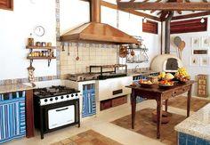 Na cozinha, o piso combina ladrilhos hidráulicos e cimento queimado. A mesa foi comprada de um colecionador. O forno a lenha é atração: as rodadas de pizza são frequentes e concorridas