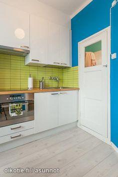 Green tiles and blue wall / Vihreät kaakelit ja sininen seinä